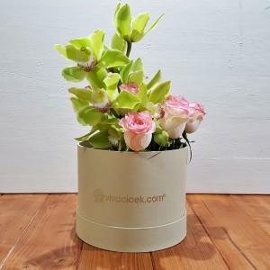 özel kutuda orkide ve pembe güller
