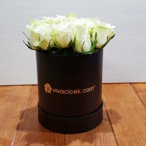 özel kutuda beyaz güller